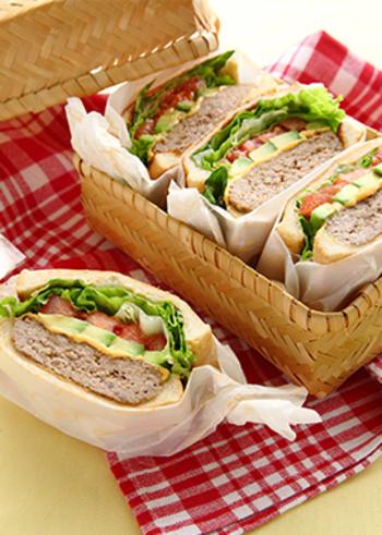 子どもも大好き!ハンバーグの入ったサンドイッチです。マーガリンで炒めた玉ねぎを肉だねに加えることでジューシーな味わいに。相性の良いアボカドとトマトも挟んでチーズも加えたら、ロコモコ風サンドイッチの出来上がりです♪