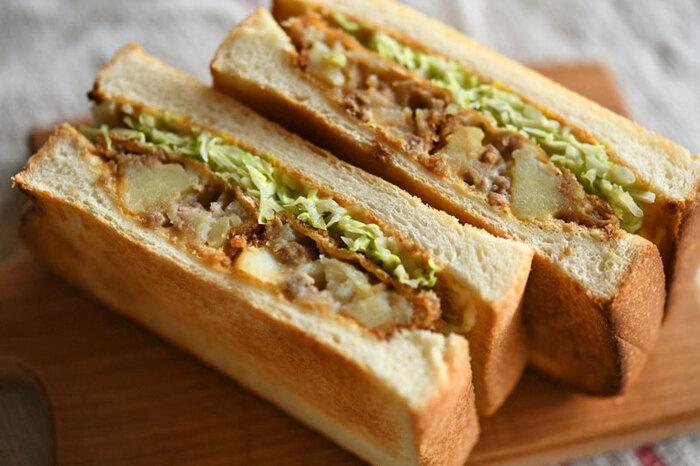 そのまま食べてもおいしいコロッケをサンドイッチにしてみてはいかが?手作りコロッケはもちろん、買ってきたコロッケにひと手間かけてもOK。キャベツは千切りしたものを加熱してから挟むとなじみが良くなるそう。半分に切るときはコロッケに対して垂直に切ると、断面がきれいに見映えよく仕上がりますよ♪