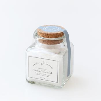 石川県・奥能登の海の恵みが濃縮され、丁寧に時間をかけて作られたこだわりのお塩です。結晶塩なので溶けにくく、お肉料理やサラダなどの仕上げとしても活用できます。お塩は使用頻度の高い調味料なので、頂き物としては嬉しいですよね。  ・1,150円(税込)