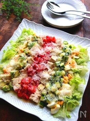 食材を整然と並べたいコブサラダには、彩りを引き立てるスクエアの白いお皿が適していますね。ホームパーティーなど、おもてなしの一品としてテーブルに華を添えてくれそうです。
