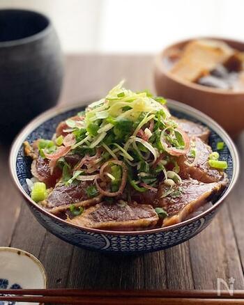 リーズナブルな鰹のたたきを使った漬け丼のレシピ。大葉、みょうが、生姜など、これでもかというほど薬味を使って風味豊かに、栄養バランスもよく仕上げましょう。