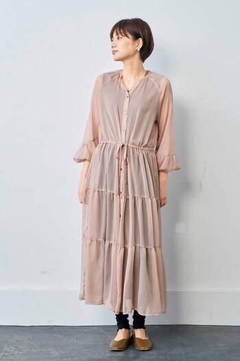 上品な透け感のシフォン生地を使ったティアードワンピース。ドレッシーなデザインですが、ピンク寄りのモカベージュで落ち着いた大人の雰囲気に。ペチコートを下に着ればドレスのように、レギンスやパンツを合わせればカジュアルに。ボタンをあければ羽織りとしても楽しめますよ。