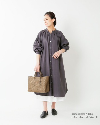 ほんのりと透け感のある薄手のコットン生地を使用したワンピース。襟元や袖にたっぷりシャーリングを施してあり、緩やかに広がる綺麗なAラインがフェミニンな印象。チャコールグレーが大人のかっこよさもプラスしています。