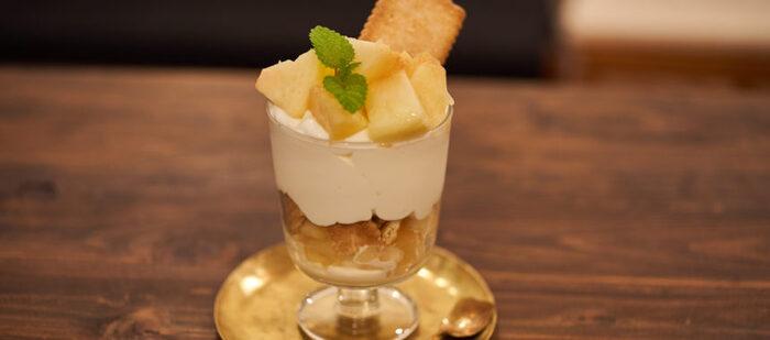 桃、クリーム、クッキーだけのシンプルなパフェです。ヨーグルトベースのさっぱりとしたクリームがみずみずしい桃の美味しさを引き立てます。層の隙間に忍ばせたレモンの皮がいいアクセントに。