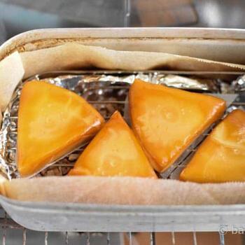 専用の燻製器やダッチオーブンを使わなくても、少量の燻製ならメスティンでできちゃいます。底に敷く網も専用のものがあるので使い勝手もGOOD。チーズが溶けてくっつかないように、クッキングペーパーを敷いて。
