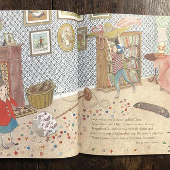 原書はイギリスにある芸術・デザイン分野で有名な博物館V&Aから出版されており、舞台も当博物館になっています。サットンが描くカラフルで緻密なイラストがなんと言ってもおしゃれ!  ※こちらのイメージは英語版のものです。