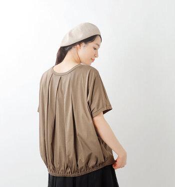 バックスタイルがふんわりと可愛い、バックタックギャザーのTシャツは大人可愛いふんわりとした印象になれちゃいます。ゆったりととられたスリーブ部分が、しっかり二の腕を包んでくれるので、日に焼けやすい肩周りの紫外線もカバーしてくれます。  ソフトで柔らかい着心地なのに上品な光沢も忘れない、大人なコットンスタイルでお出かけしたいですね。