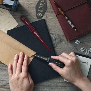 プラスチック製のカジュアルでレトロな雰囲気がかわいらしいレターオープナーです。封筒の端に差し込んで、折り目を切るようにして使います。