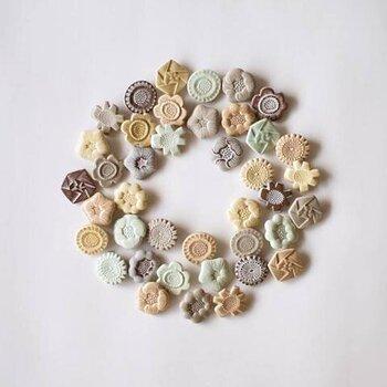 まるでビスケットみたい!? 優しい風合いのお花モチーフのブローチは、集めたくなってしまうこと必須。陶器素材で温かみがあり、やさしい雰囲気が魅力です。ナチュラルテイストのお洋服との相性は抜群。