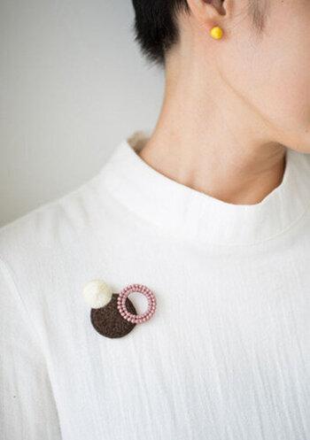 糸のみでつくられた刺繍ブローチ。とても軽いため、服につけても布地への負担が少ないのが嬉しい! 3つの円はすべて異なったやり方で刺繍されていて、じっと眺めてみるのも楽しいです。「男女・年齢問わずつけられるブローチ」がコンセプトなのだとか。