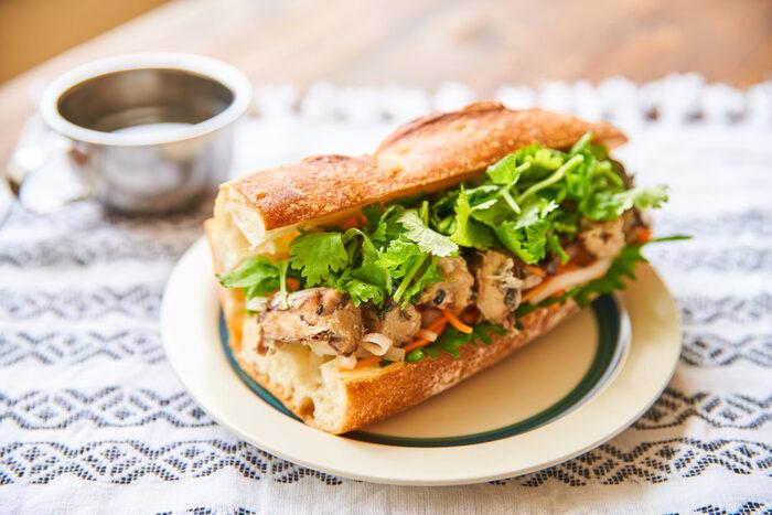 ベトナム発祥のサンドイッチ「バインミー」です。バインミーはフランスパンにパテ、なます、パクチーなどを挟むのが特徴。さば缶を使ってヘルシーに仕上げています。さば缶は少し焼いて焼き目を付けるのがポイントなのだそう。異国の味を堪能してみてはいかが。
