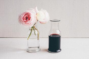 厚みを持って広がった底と縁が特徴です。ワインやお水を入れても良いし、短い首のお陰でお花を飾っても様になります。