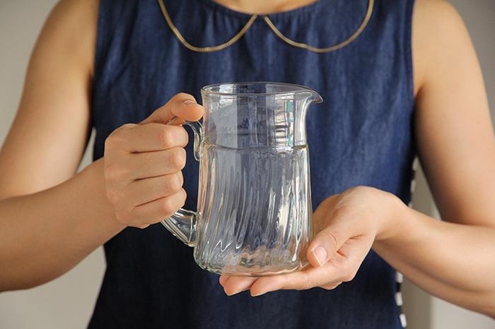 430ml入る小振りな容量は、1~2人分の飲み物を入れるのに丁度いいサイズです。ガラスの柔らかな曲線が楽しめる胴部と取手のデザインが素敵です。使い勝手のいい注ぎ口はストレスなくお水を注げます。