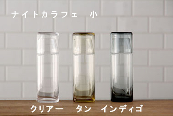 サイズは約900mlの大と、一回り小さい小の2サイズです。インディゴの他に、爽やかなクリアー、ノスタルジックなタンもあります。クリアーはお水の他、日本酒やワインを入れても素敵です。色付きは底や重なったガラスの濃淡が魅力です。