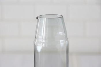 カラフェの注ぎ口は繊細に作られています。ほんのちょっとした角度でお水が注ぎやすく、毎日ストレスなく使えるアイテムになります。微妙な段差でグラスもしっくりと収まります。