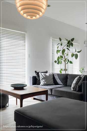 カーテン、ベッドカバー、クッション、ラグなどはつい柄物を選びがちですが、2つ以上柄物にするなら注意が必要。特にカーテンは、壁になじみやすい無地のベージュや白系、ブラインドなどにすることで主張が抑えられます。