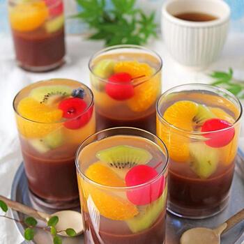カラフルなフルーツの色合いが可愛い、フルーツ寒のせの水ようかんです。さらっとした甘さの水ようかんと甘酸っぱいフルーツの取り合わせは、酸味を欲する夏の体にぴったりのデザートになります。