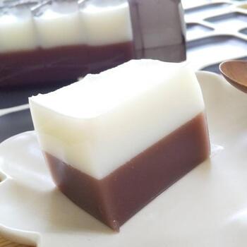 小豆と相性の良いミルクを組み合わせたやさしい味わい。ミルク寒はクリームほど濃厚ではありませんが、適度にコクがあって暑い時期でもさっぱりと食べられます。色合いのコントラストも涼やかです。