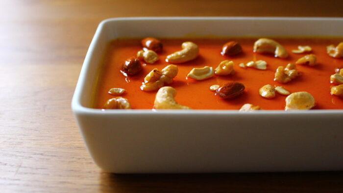 ずっしりなめらかな口当たりのぼちゃプリンは食べ応えバッチリ!ほろ苦いカラメルソースとナッツとの相性も抜群です。お好みでシナモンやナツメグを加えても美味しく食べられますよ。