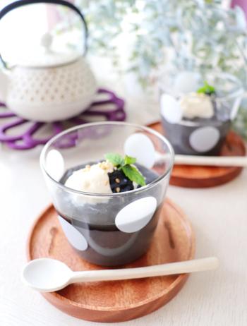 お砂糖を使わず、甘酒の優しい甘さを生かして作るヘルシーな黒ごまプリンです。ゼラチンは葛粉、生クリームは豆乳ホイップに変えて、とことん体に優しい1品に。