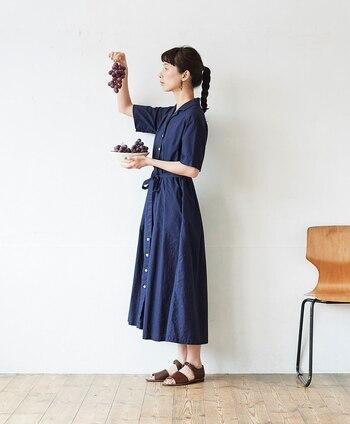 巨峰をイメージした綺麗な青紫色のワンピース。スカート部分のタックが程よいボリュームを出し、綺麗なフレアラインを作っています。ハイウエスト気味のデザインが足長効果抜群。フロントをあければもちろん羽織りとしても使えますよ。