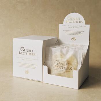 バジル・バター醤油・梅ザラメ・トリュフ塩・のり梅・甘辛七味の6種類の味が入った、バラエティ豊かなお煎餅の詰め合わせギフトです。白いボックスはディスプレイとしても使用できそうな可愛さです。  ・864円(税込)