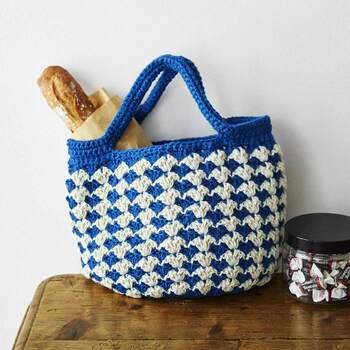 【華やかカラーをアクセントに かぎ針編みジュート糸 カジュアルバッグの会】  夏らしい配色が素敵なカジュアルバッグのキットです。ジュート糸と呼ばれる麻ヒモで編むため、丈夫で水にも強く日常使い用としても活躍しそうです。