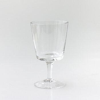 パフェはもちろん、ワイン、炭酸水、水など、幅広いシーンで活躍する実用的なグラスです。洗練された飲み口のラインが美しく、何を入れても絵になりますよ。