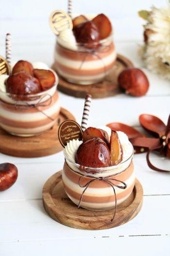 繊細な栗の甘味を十分に感じられるこちらのレシピ。ショコラプリンにもマロンクリームをふんだんに使うのがポイントです。縞模様に飾りつけをすれば、見た目も楽しい特別感あふれるデザートに。