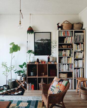 ソファや一人用のリラックスチェアを置きたい場合、手前から低→中→高とグラデーションになるよう配置することで奥行きが出ます。こちらのお部屋の場合は、背の高い本棚の手前に椅子を置くことで、高低差が上手くグラデーションになっていますね。