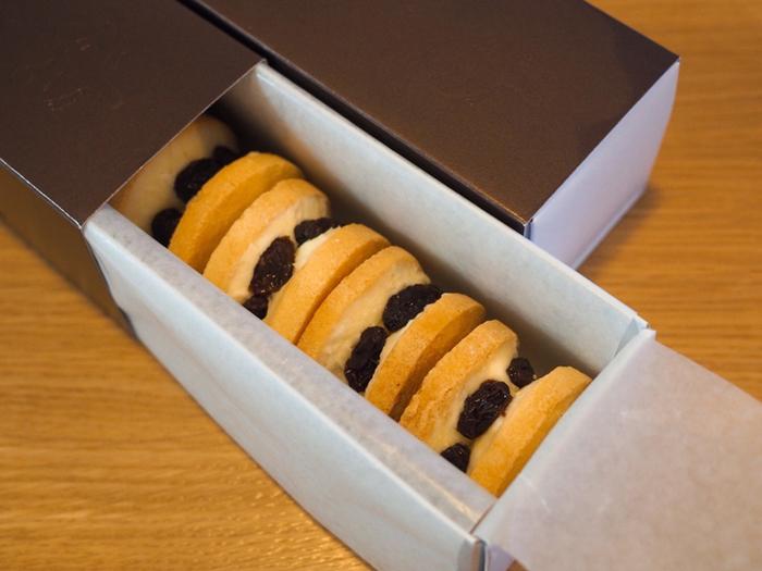兵庫県にある人気カフェ「キノシタ」のレーズンバターサンドは、厚みのある可愛らしい形が特徴。手作りクッキーでサンドしたクリームは甘さ控えめ。レーズンの甘さと絶妙なバランスで作られており、お酒との相性も良いんです◎お取り寄せでも人気の商品です♪