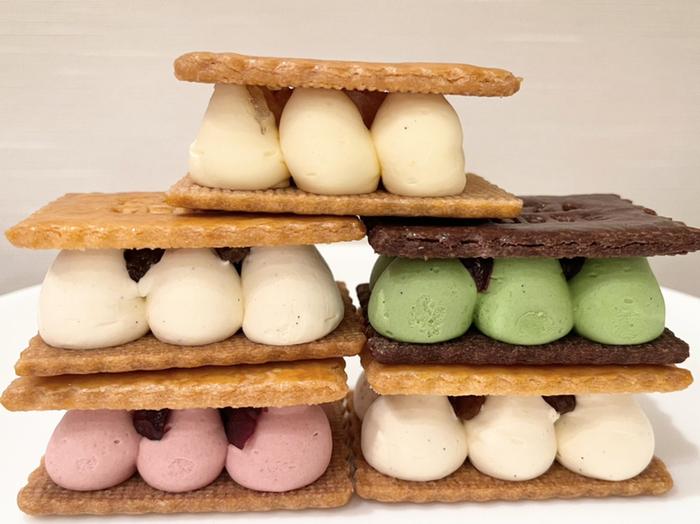 サクサクのアーモンドサブレに、たっぷりのバタークリームを挟んだ東京アンテノール銀座ブティックのバターサンド。カラフルな見た目も可愛く、手土産にもおすすめです。