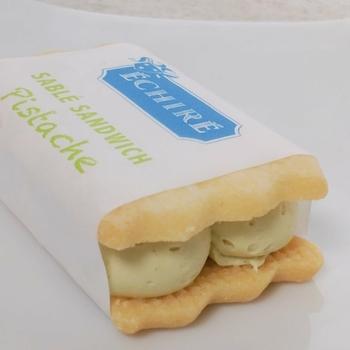 ピスタチオペーストが入った『サブレサンド ピスターシュ』。ほんのり緑色のクリームがとても綺麗!しっとり食感のサブレとよく合います。