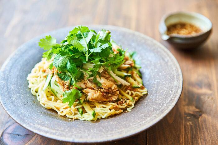 豆板醤に加え花椒も使った、ぴりりとした麺レシピ。パクチーの香りによってさらに味わいを濃くします。暑い夏でもするすると食べられ、食が進みそうな一品です。
