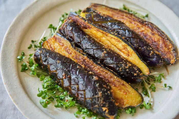 焼きなすに、豆板醤でつくったピリッと辛いタレを絡めて、夏らしい味わいの一皿に。なすと豆板醤の組み合わせと言えば麻婆茄子が定番ですが、焼きなすの風味と豆板醤もよく合います。カロリーゼロの自然派調味料を使い、身体にも気を使ったレシピです。