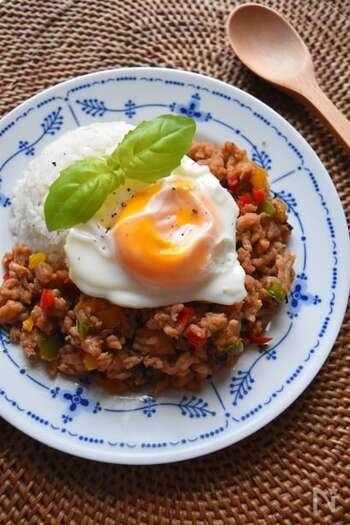 タイの定番屋台料理であるガパオライスも、豆板醤を使って旨辛。ナンプラーも使っておうちでエスニック料理を楽しんでみませんか?調味料は多めですが、あらかじめ混ぜておいて炒め物に加えるだけなので簡単にできますよ。