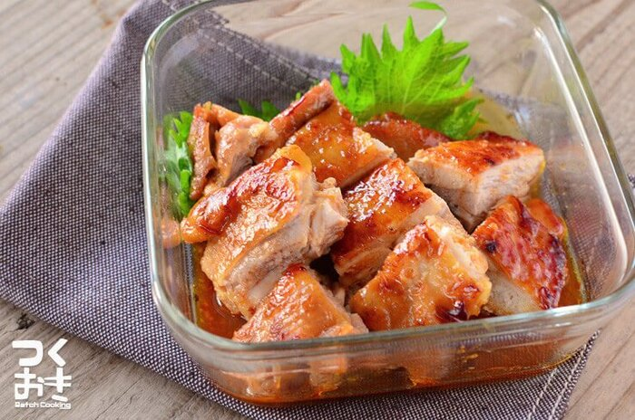 鶏肉の照り焼きに、味噌と豆板醤とプラスして、コクと辛さがクセになるレシピ。メインのおかずにはもちろん、冷蔵で5日間ほど日持ちするのでお弁当にも合います。こぼれ落ちる肉汁がたまりません。