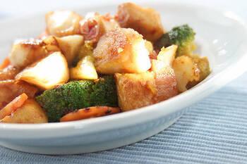 お魚にも豆板醤は好相性。こちらはたらを使った旨辛レシピです。一口大にしたタラや厚揚げ、野菜を炒めて、豆板醤を使ったタレを絡めるだけでOK。淡白な白身魚も、食べごたえのあるおかずになりますよ。