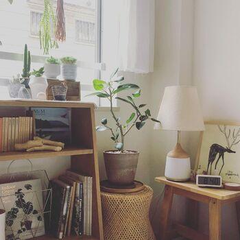 小物に限らず、木製家具やフローリング、ドアなどの建具もトーンが揃っていることで統一感が生まれます。フローリングに合わせてインテリアのテイストを決めたり、大き目のラグで床を隠したりといった工夫をするのもおすすめ。