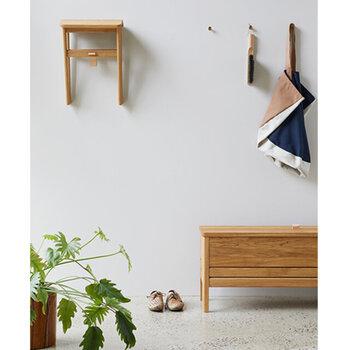 付属のフックを使えば、壁掛けも可能です。 座面の下のバンドにはレザー、金具には真鍮、とディテールまでこだわって作られているので、インテリアとしても素敵。