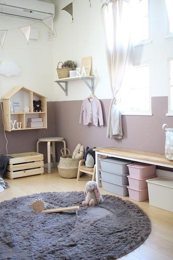 壁のおうち型のウォールシェルフやその上にある雲形のランプ、スツール、ボックスやバスケットも全部IKEA。パステルカラーのボックス、アルファベッドレター、箱は100均のもの。IKEAと100均でリーズナブルに可愛い子供部屋を作っています。アイテムの選び方や組み合わせ方次第でこんなに素敵になるとは驚きです。
