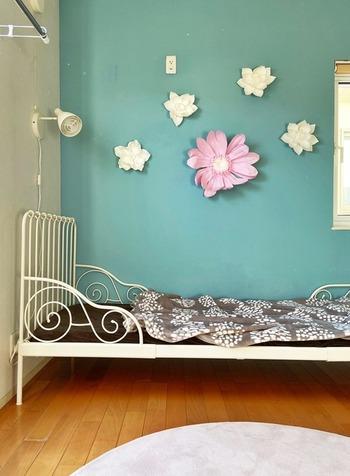 娘さんのお部屋はブルーの壁が印象的。壁に飾ってあるお花はFrancfrancのもの。大きな造花のウォールアートは、お友達に褒められるお気に入りなんだそう。お花があるだけでお部屋がグンと華やかで可愛らしくなっていますね。