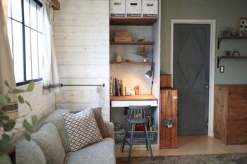 リビングのクローゼットを娘さんのデスクにリメイク!机の天板と棚板は杉板で、引き出しはIKEAのもの。使いたいときに扉を開けて、使わない時は閉めるという使い方ができるのはクローゼットならでは。