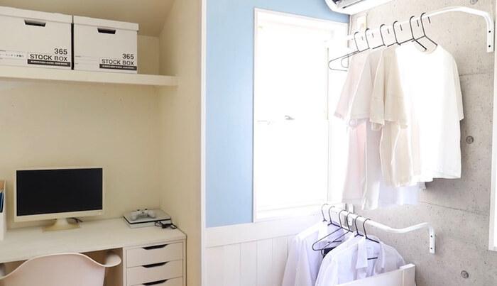 クローゼットの代わりにIKEAのハンガーレールとハンガーを壁に設置。壁に衣類を掛けることで場所を取らずに収納できます。壁に掛けておくと、サッと服を取ったり掛けたりなど一連の動作がスムーズにできて使い勝手もアップ!