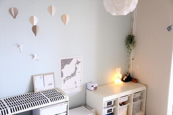 天井から気球のモビールを吊るしたり、壁に白い鳥やライトグレーの日本地図を貼ったり、グリーンを飾ったり…センスの光るキッズスペース。淡いモノトーンでまとめることでナチュラル感たっぷりの空間になっています。