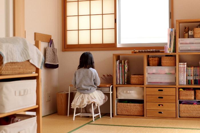 スタッキングシェルフの収納スペースの横には小さなデスクが!就学前までの子供にちょうどいいサイズなんだそう。自分専用の机は子供も嬉しいでしょうね。デスク横の壁には無印良品の三連ハンガーを取り付けています。ここに帽子やバッグなどの幼稚園グッズを掛けています。