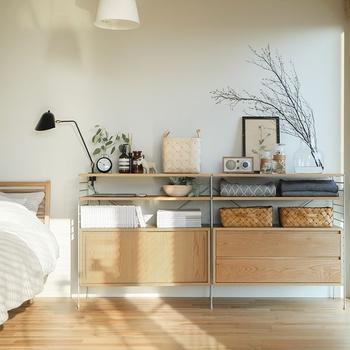 お部屋を片付けて雑貨を飾るスペースを作るのも大事ですが、飾るときにもぎゅうぎゅうに詰め込むのではなく「余白」を残しておくのがポイント。余白があることで空間にゆとりが生まれ、おしゃれに見せることができるんです。