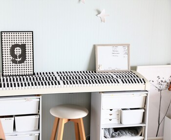 2つのカラーボックスを離して、その上に天板をのせればデスクに変身!椅子を置けば立派な勉強机になりますね。サチさんは電子ピアノ台として使っているんだそう。子供の年齢や生活に合わせて変えることができる自由さがカラーボックスのいいところ◎