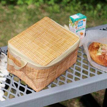 まるでかごバッグのようなクーラーバッグは、爽やかで夏にぴったり◎ピクニックの雰囲気がぐっとおしゃれになりますね。柔らかい素材でできているため、使わない時は畳めるのも便利ポイント。