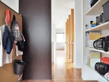 こちらはベッドの横の空間で、「学校準備コーナー」にしています。棚にはランドセルや教科書を収納。棚にポンと置くだけなら、お子さんもちゃんと置くことを習慣づけてくれそうですね。